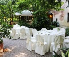 Tavoli e sedie Thonet con coprisedia per matrimonio