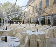 Tendostruttura kristal e allestimento sedie e tavoli per matrimonio