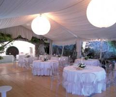 Allestimento per matrimonio con struttura, tavoli e sedie