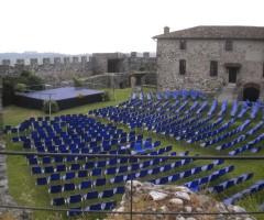 Sedie a noleggio per evento alla Rocca di Lonato - modello Vicenza blu per concerti